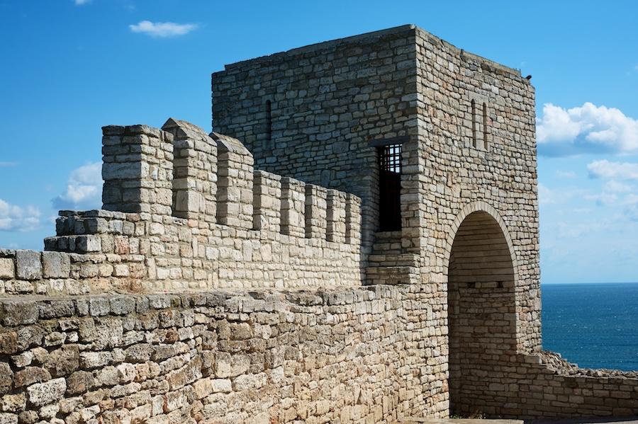 Крепостна стена и кула на нос Калиакра - Nikon D700 | AF-S Nikkor 50/1.8G @8